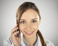 Giovane donna medica che chiama dal telefono cellulare Immagini Stock Libere da Diritti