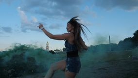 Giovane donna meravigliosamente che balla in scarpe di salti di angoo, in fumo verde 4K Mo lento stock footage