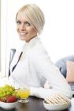Giovane donna moderna che mangia una prima colazione sana Fotografia Stock Libera da Diritti
