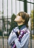 Giovane donna moderna sulla via della città del freddo Immagini Stock