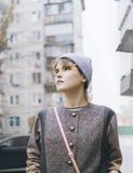 Giovane donna moderna sulla via della città del freddo Fotografia Stock