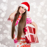 Giovane donna moderna sveglia di Santa con il contenitore lungo di regalo e di capelli Immagine Stock Libera da Diritti