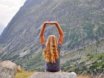 Giovane donna in montagne Immagine Stock
