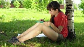 Giovane donna mora che assorbe il parco archivi video