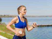 Giovane donna muscolare che fa sport al parco Concetto di sport fotografia stock