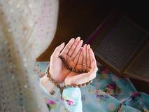 Giovane donna musulmana che prega per Allah fotografie stock libere da diritti