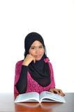 Giovane donna musulmana che studia con il libro Immagine Stock Libera da Diritti