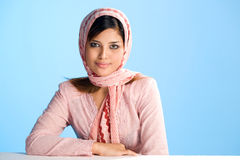 Giovane donna musulmana in sciarpa capa Immagini Stock