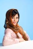 Giovane donna musulmana sorridente in sciarpa capa fotografia stock libera da diritti