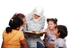 giovane donna musulmana in vestiti tradizionali in edu fotografie stock libere da diritti