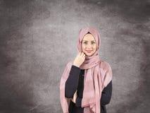 Giovane donna musulmana in vestito e sciarpa islamici Immagine Stock