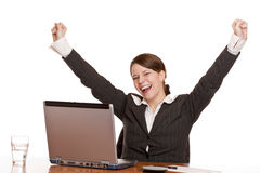 Giovane donna nei jubilates dell'ufficio allo scrittorio Immagini Stock Libere da Diritti