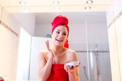 Giovane donna nel bagno Fotografie Stock