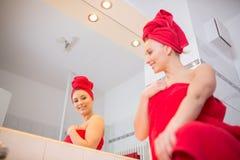 Giovane donna nel bagno Fotografia Stock Libera da Diritti