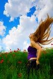 Giovane donna nel campo del papavero fotografia stock