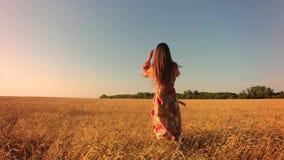 Giovane donna nel campo di frumento video d archivio