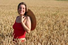 Giovane donna nel campo di frumento immagini stock libere da diritti