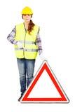 Giovane donna nel casco della costruzione con il segnale stradale Immagini Stock