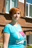 Giovane donna nel centro urbano circa la casa con mattoni a vista fotografia stock libera da diritti