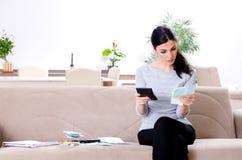 Giovane donna nel concetto di pianificazione del bilancio fotografie stock