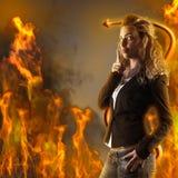 Giovane donna nel diavolo della pelliccia Fotografie Stock