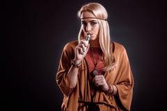 Giovane donna nel fumo di salto di stile di Boho Fotografia Stock
