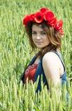 Giovane donna nel giacimento di grano immagini stock