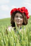 Giovane donna nel giacimento di grano fotografia stock
