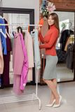 Giovane donna nel negozio Fotografia Stock