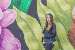 Giovane donna nel paesaggio urbano - graffito Immagini Stock Libere da Diritti