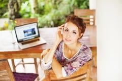 Giovane donna nel paese con il computer portatile Fotografia Stock