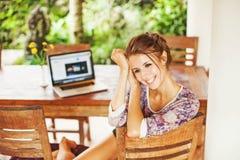 Giovane donna nel paese con il computer portatile Fotografie Stock