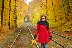 Giovane donna nel parco di autunno Fotografia Stock
