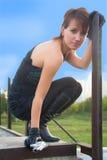 Giovane donna nel parco di autunno che tiene una pistola Fotografia Stock