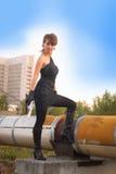 Giovane donna nel parco di autunno che tiene una pistola Fotografie Stock