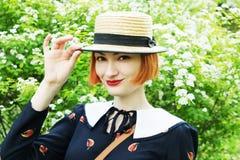 Giovane donna nel retro stile del vestito fotografie stock libere da diritti