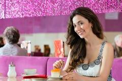 Giovane donna nel salone di gelato Fotografia Stock
