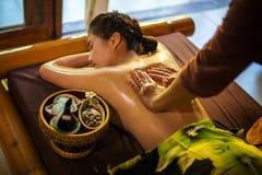 Giovane donna nel salone di massaggio della stazione termale distendasi Fotografia Stock