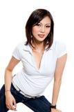 Giovane donna nel sorridere di usura casuale Fotografia Stock