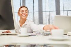 Giovane donna nel suo luogo di lavoro Fotografie Stock