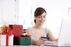 Giovane donna nell'acquisto in linea Fotografie Stock Libere da Diritti