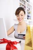 Giovane donna nell'acquisto in linea Fotografie Stock