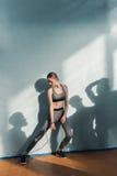 Giovane donna nell'addestramento degli abiti sportivi con il salto della corda Fotografia Stock Libera da Diritti