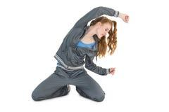 Giovane donna nell'allungamento degli abiti sportivi Fotografie Stock