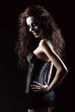 Giovane donna nell'immagine del pagliaccio strano gotico cattivo Fotografia Stock Libera da Diritti