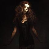 Giovane donna nell'immagine del pagliaccio strano gotico triste Effetto di struttura di lerciume Fotografia Stock Libera da Diritti