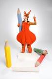 Giovane donna nell'immagine dello scoiattolo con le grandi matite Immagini Stock