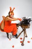 Giovane donna nell'immagine dello scoiattolo con una retro macchina da scrivere Immagini Stock