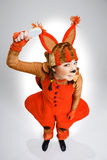 Giovane donna nell'immagine dello scoiattolo rosso fotografia stock libera da diritti
