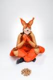 Giovane donna nell'immagine dello scoiattolo rosso con le noci Fotografie Stock